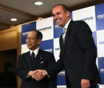 Tsuyoshi Kikukawa and Michael Woodford shake hands over appointment as President in 2011